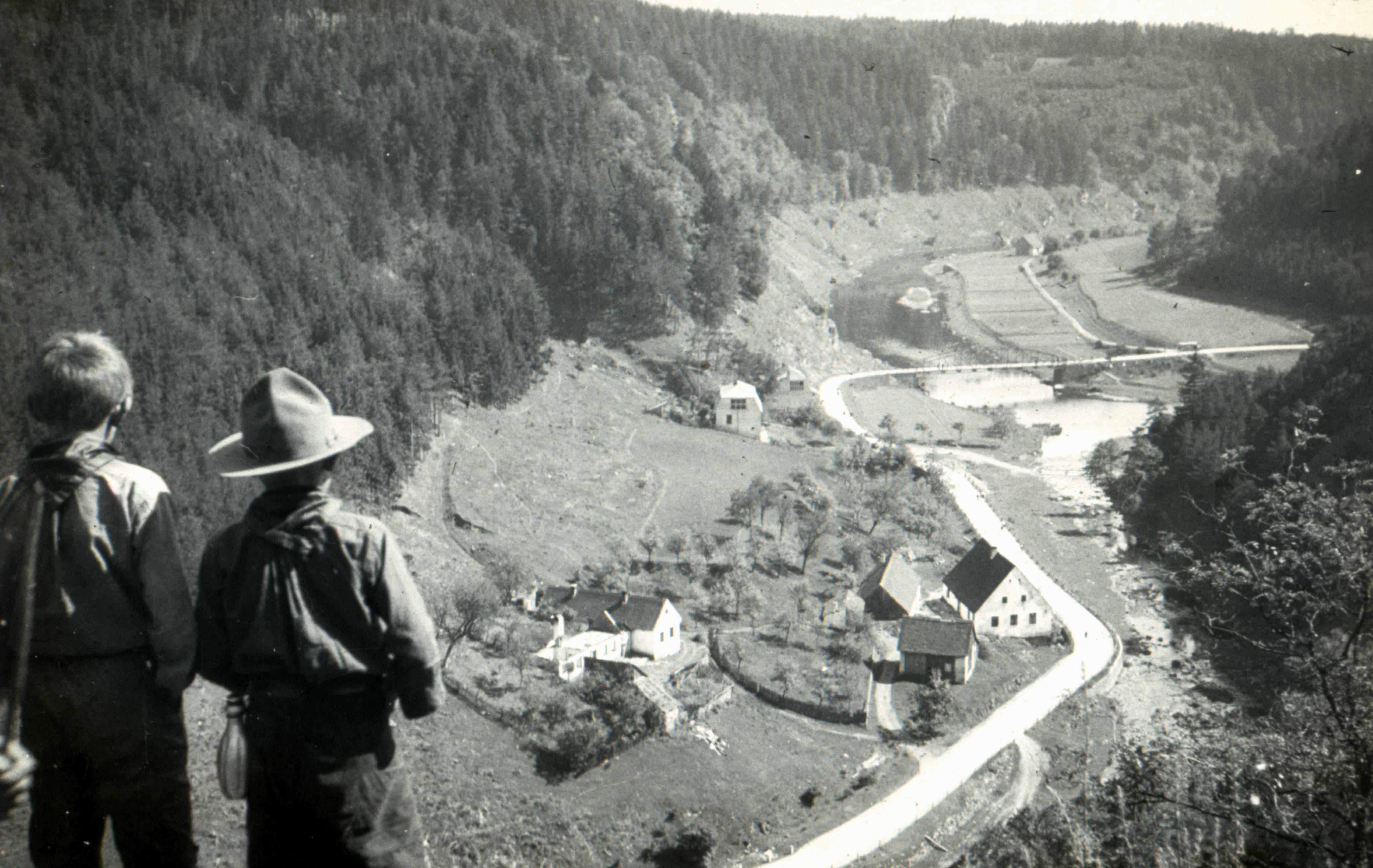 Zadní strana-Pohed do údolí Želetavky (archiv diapozitivů obce Bítov)