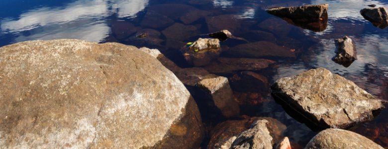 Proč nemůže geolog pomocí datování uhlíku najít věk skály